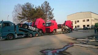 Ciągniki siodłowe Volvo na naczepie niskopodwoziowej